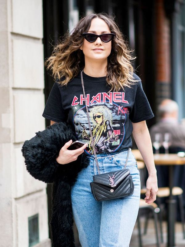 <p>A vintage-style tee and mom jeans = perfect weekend outfit.</p>