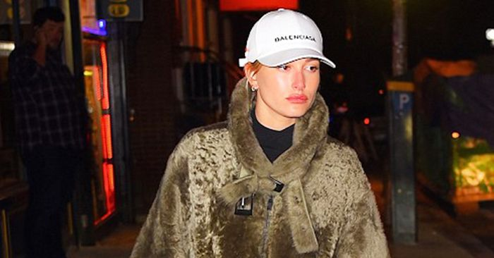 8828c6fc823cd Hailey Baldwin s Trick for Not Drowning in Her So-Cozy Coat