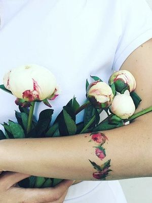 Alert: This '90s Tattoo Trend Is Back (and Better Than Ever)