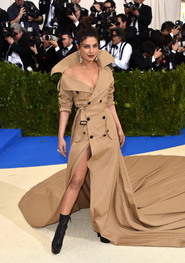 <p><strong>WHO:</strong> Priyanka Chopra</p> <p><strong>WEAR:</strong> Ralph Lauren gown.</p>