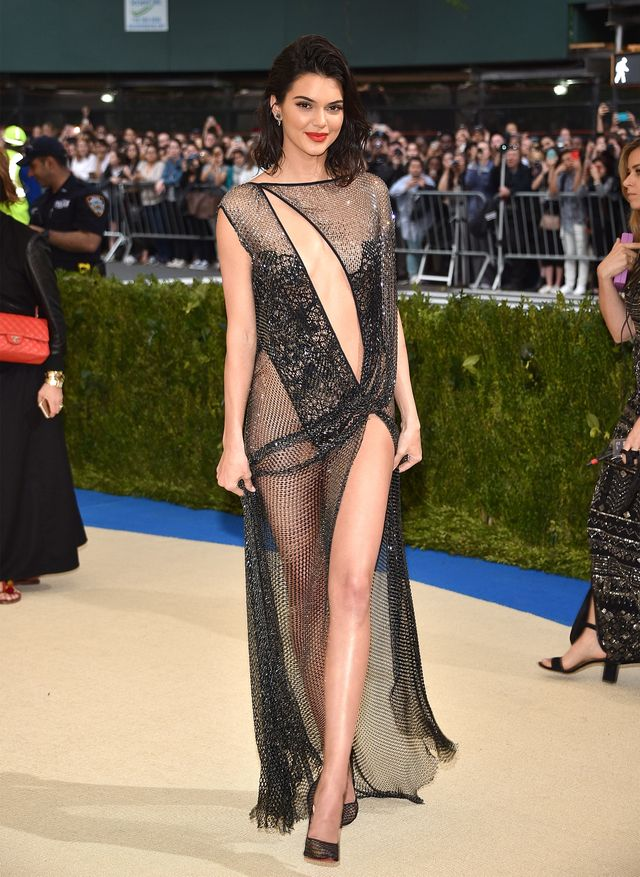 <p><strong>WHO:</strong> Kendall Jenner</p> <p><strong>WEAR:</strong>La Perla Haute Couture</p>