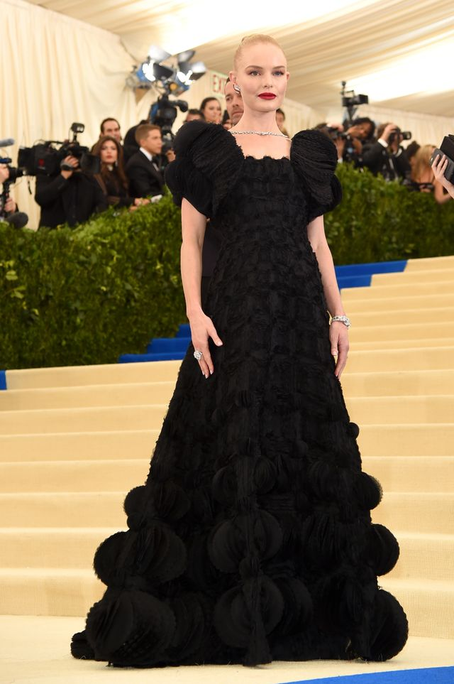 <p><strong>WHO:</strong> Kate Bosworth</p> <p><strong>WEAR:</strong> Tory Burchblack organza gown and bolero jacket made of laser-cut petals with scalloped edges;Roger Vivier shoes.</p>