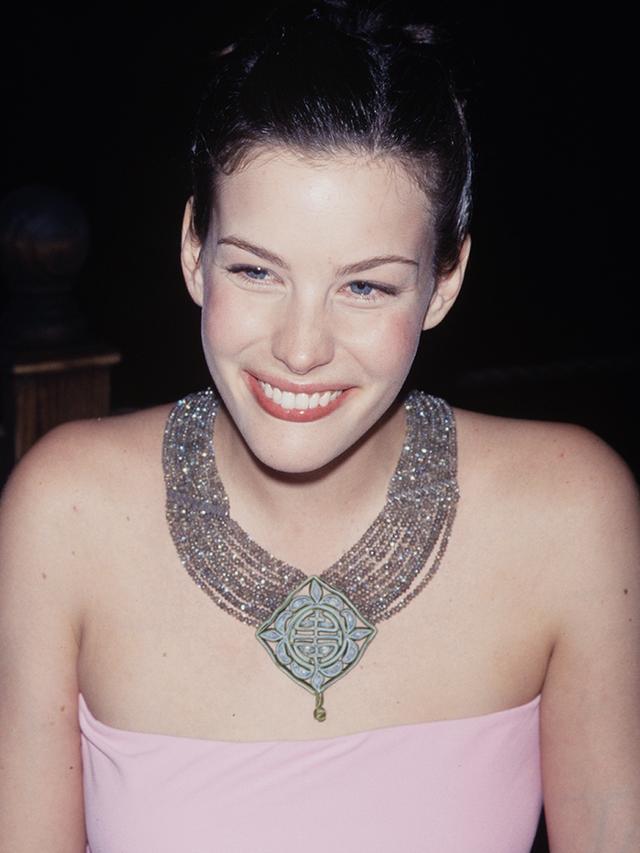 90s fashion: Liv Tyler wearing a tube top