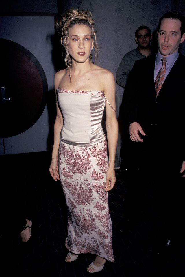 90s fashion: Sarah Jessica Parker wearing a corset top and brocade skirt