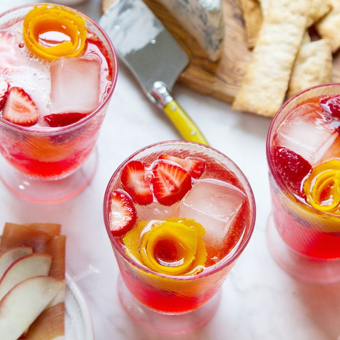 15 easy christmas punch recipes guaranteed to impress mydomaine - Christmas Punch Recipes With Alcohol