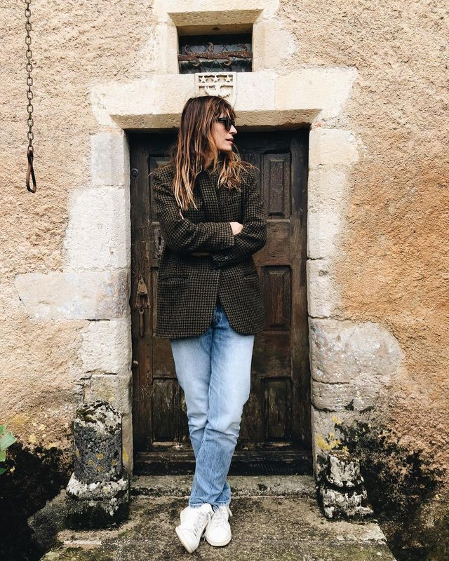 Oversized Sunglasses + Blazer + Baggy Jeans + White Sneakers