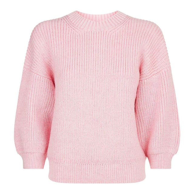 first-date outfit: pink sweater