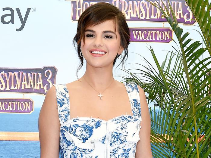 Selena Gomez Wore A Velvet Bikini On A Yacht Who What Wear Au