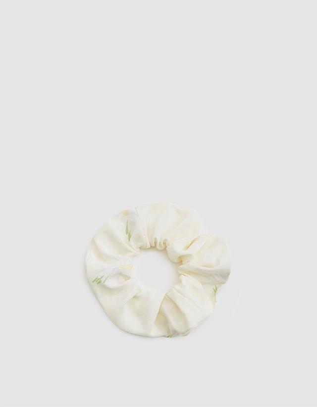 best wedding accessories: white scrunchie