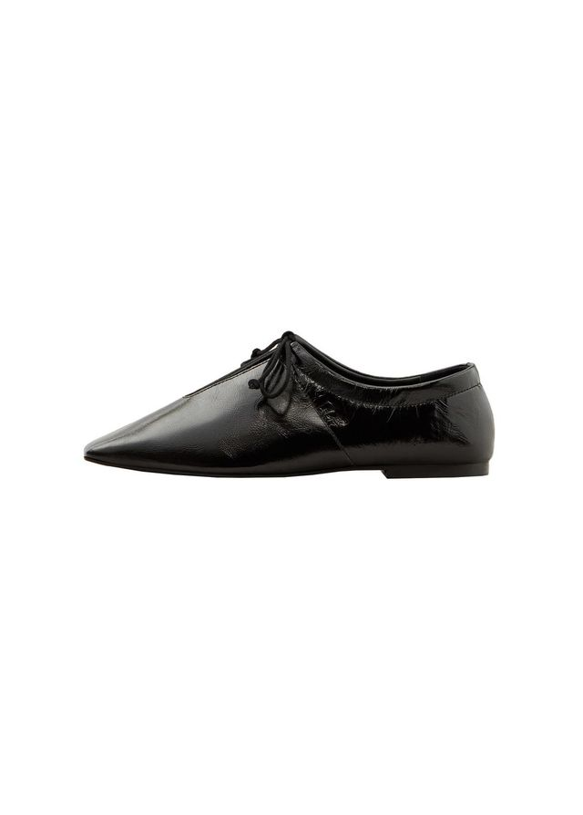 Slit leather shoes