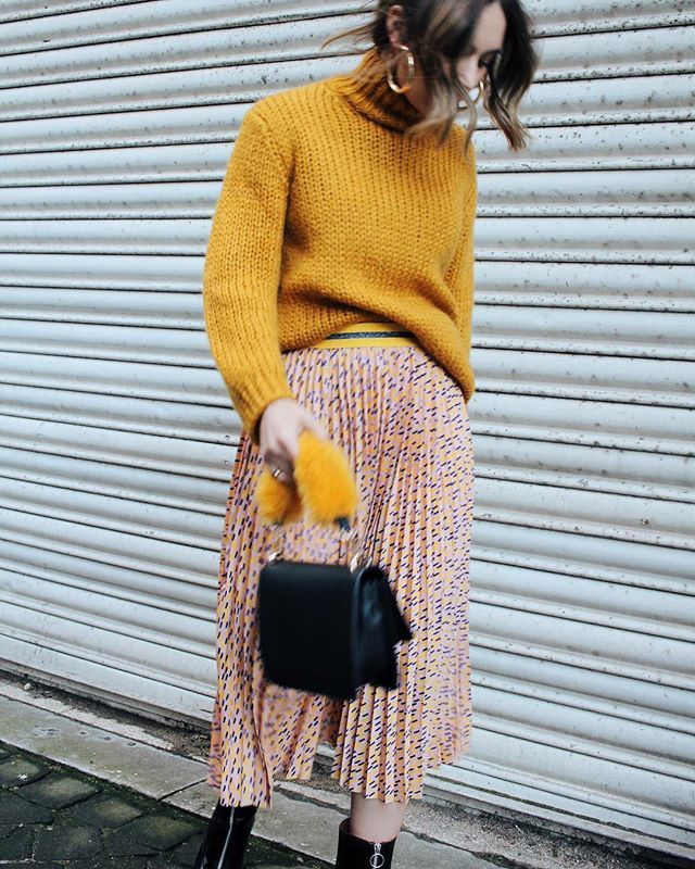 holiday outfits with skirts and yellow sweaters