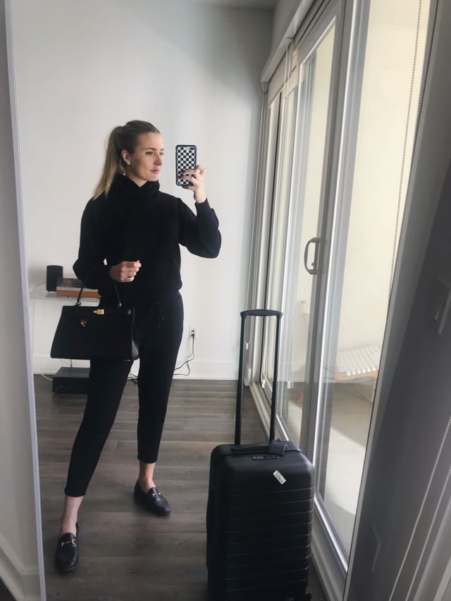<p>Here's another comfortable airport outfit I can't stop wearing when I want to skip jeans. Lately, I've been loving all of the cool sweatsuit outfits fashion girls have been...