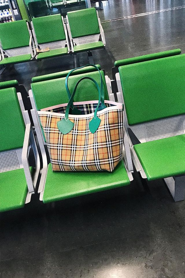 Burberry vintage check: a green-handled plaid tote bag