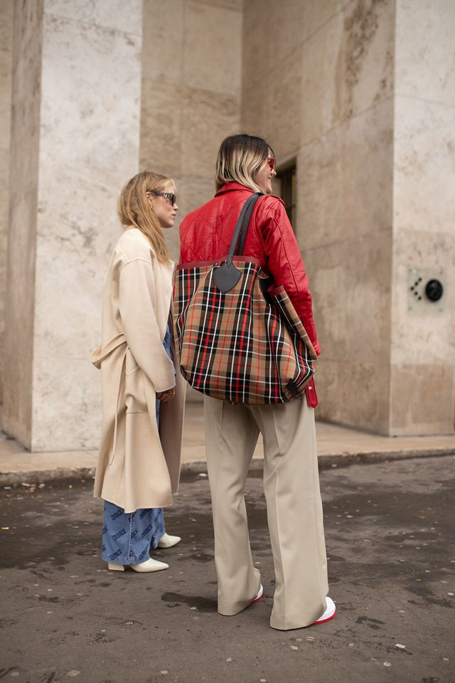 Burberry vintage check: a giant plaid tote bag worn with a red leather jacket and beige trousers