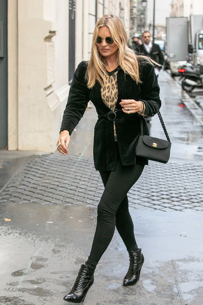 a7c0e9a969 Kate Moss Is Always Wearing Black Outfits—See Them All Here | Who What Wear  UK