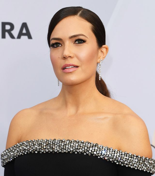<p>Mandy Moore's cheekbones and pristine blush application look almost airbrushed, no? A satin, pretty pink pout and the smokiest of smokey eyes also caught our attention on the red...