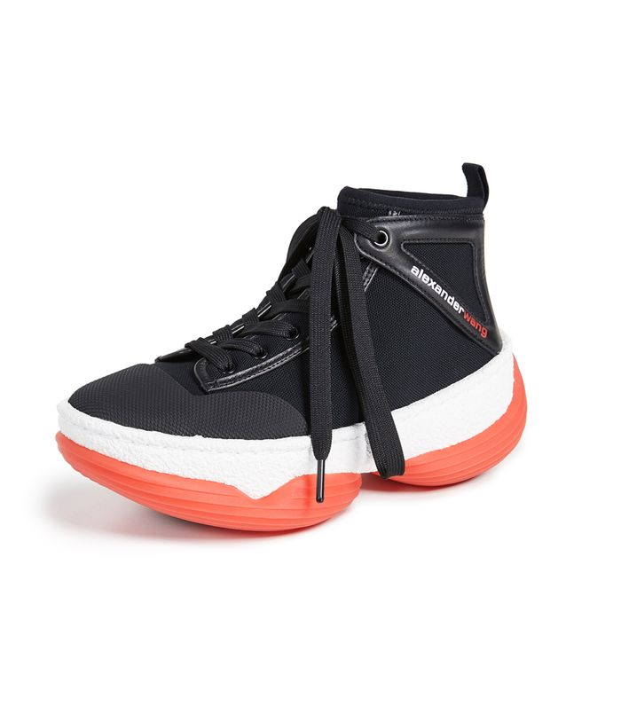 Tren Sneakers Paling Kontroversial 2019 dari Gigi Hadid