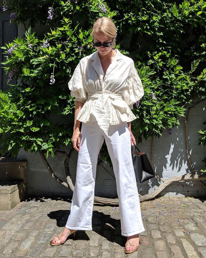 Femme en vêtements blancs durables car de qualité