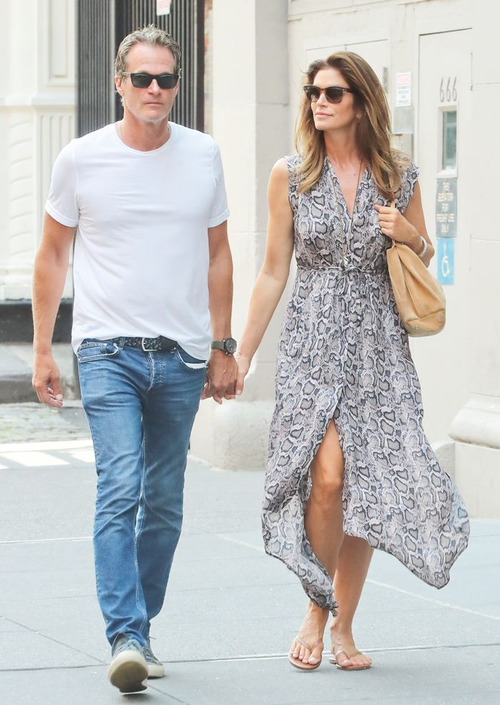 Cindy Crawford Just Made Flip-Flops Look Like a Million Bucks