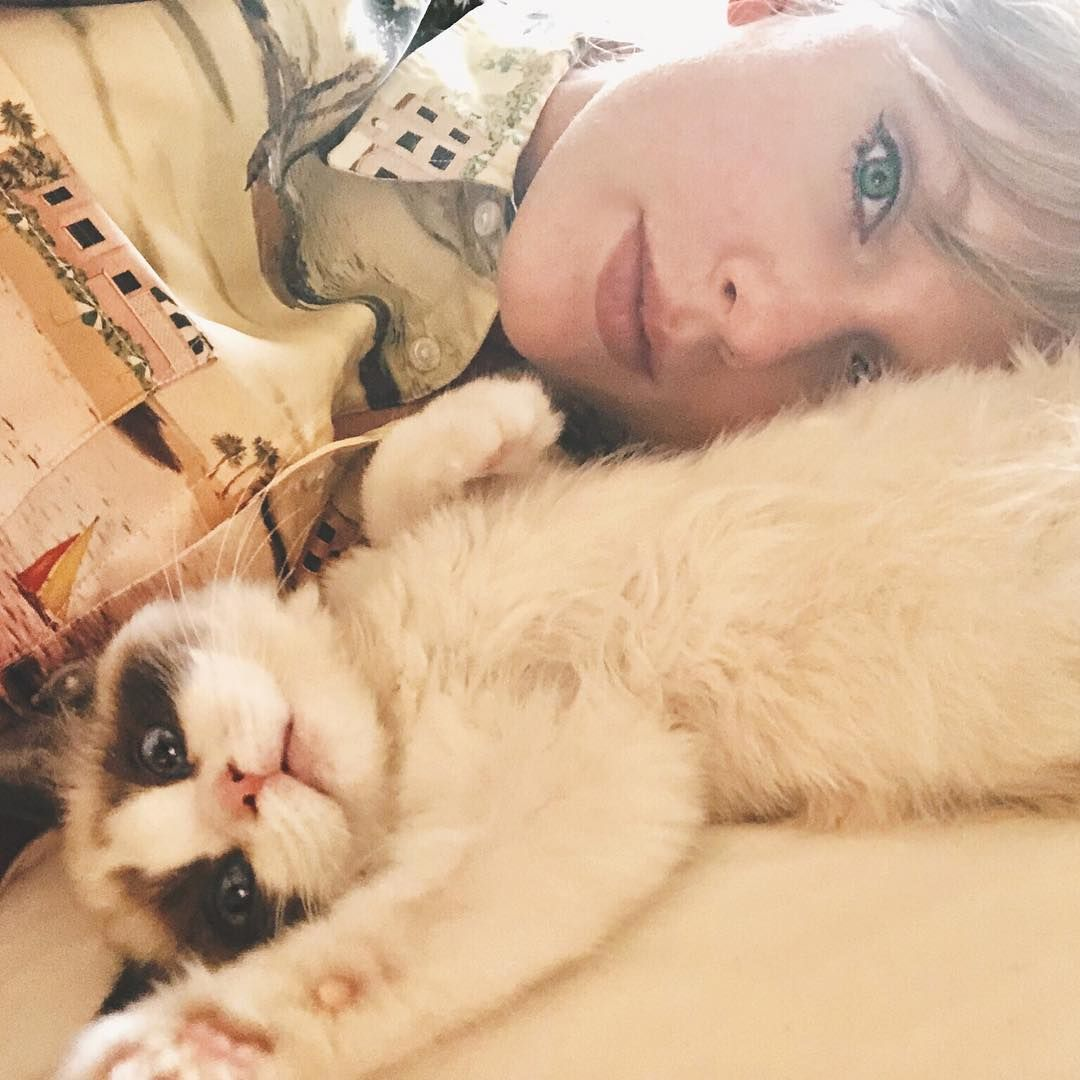 42 Photographs of Cute Pets (and Their Celeb Mother and father) That Are Making Us Smile 4