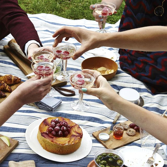 3 Easy Tips for Staying Healthy While You Socialise