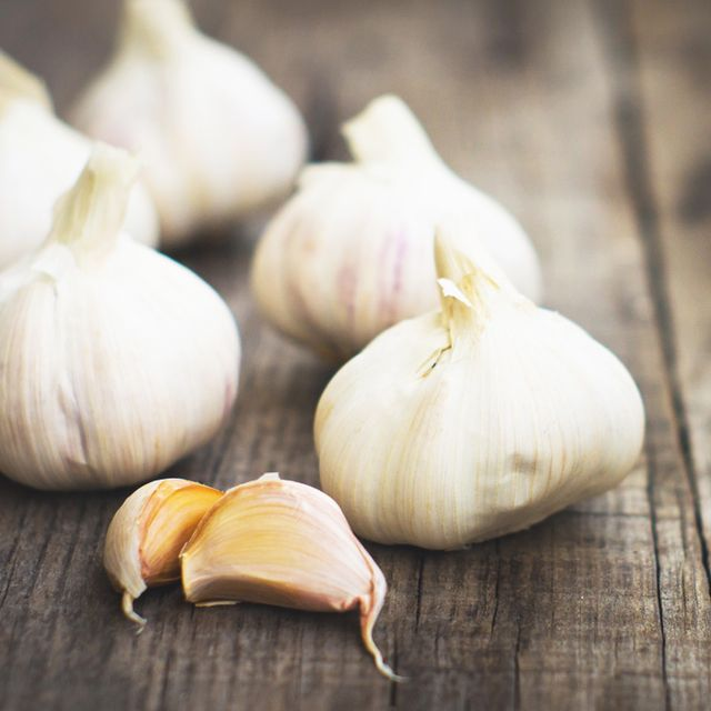 Learn to Peel Garlic in Less Than 10 Seconds