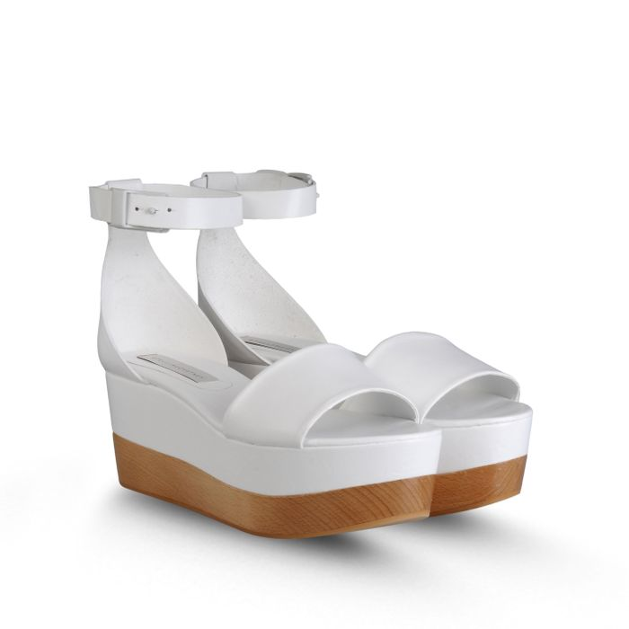 03d53319cae3 11 Pairs of White Flatforms to Rock This Summer