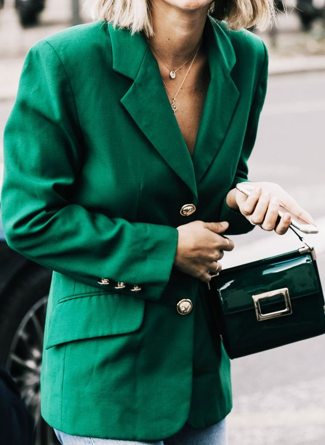 Editors job interview outfits: Smart handbag