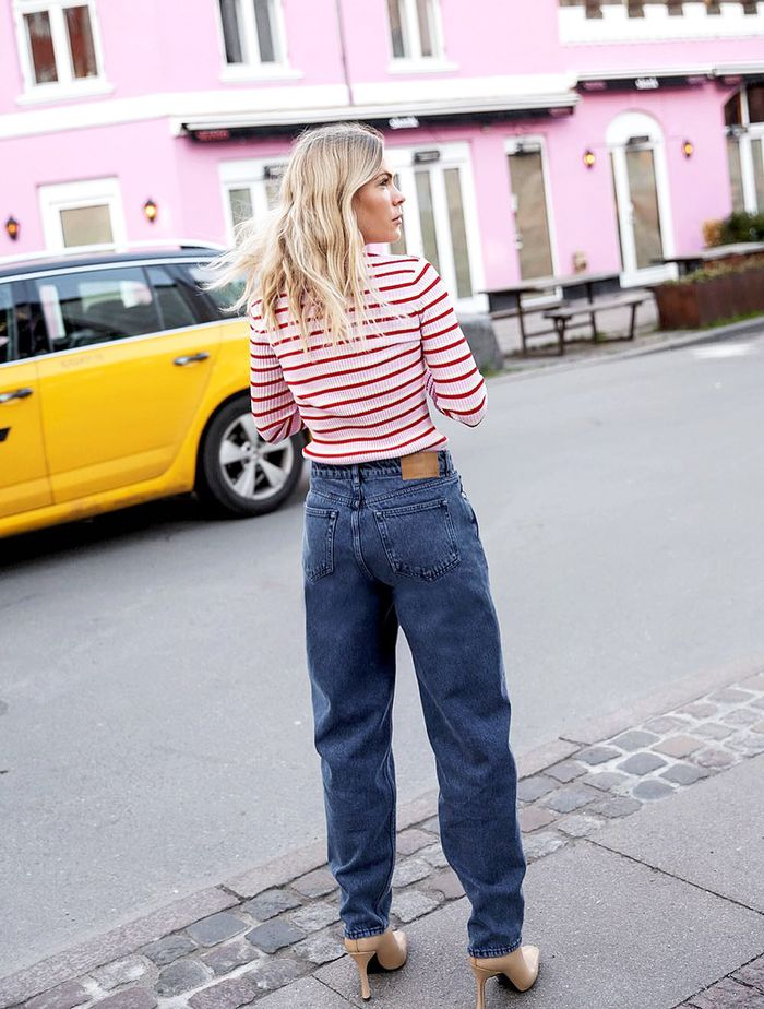 How To Wear Jeans: Jessie Bush in baggy jeans.