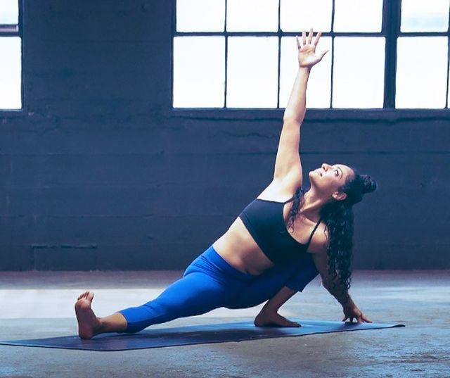 Vinyasa Yoga:Wear tight sports trousers, crop tops and stretchT-shirts.A chic jumper or cover-up is an essential for after your cool-down stretch.