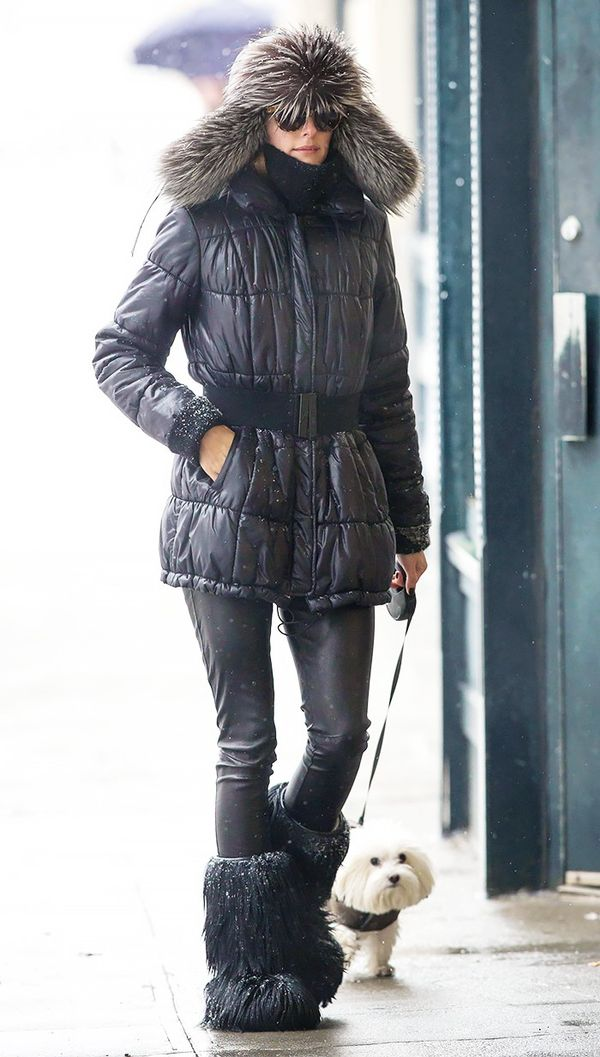 Look as sleek as Olivia Palermo does in a puffy jacket by belting it and sticking with a figure-flattering dark color palette and proportion-balancing slim bottoms.