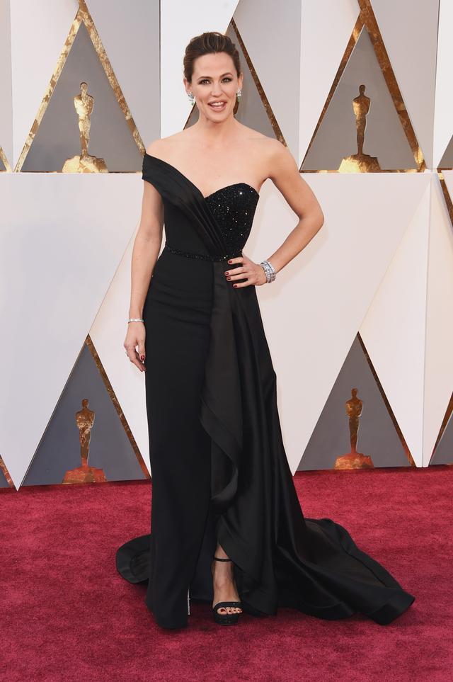 WHO:Jennifer Garner WEAR: Versace gown; Neil Lane jewellery; Rene Caovilla shoes.