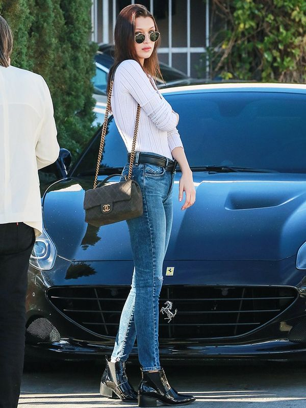 Bella Hadid style: jeans and a T-shirt, plus classic Chanel flap bag