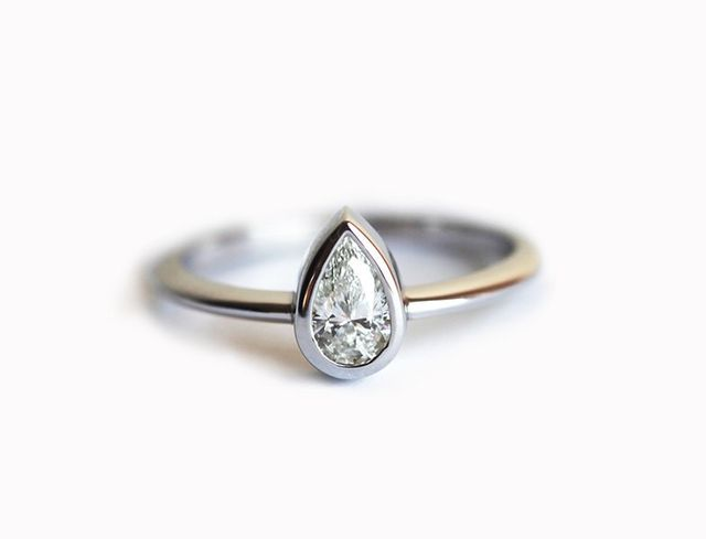 Minimal VS 0.25 Carat White Gold Pear Engagement Ring