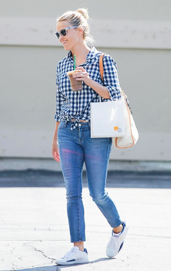 reese witherspoon sneakers and jeans