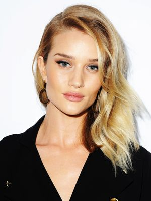 Rosie Huntington-Whiteley Teaches Us How to Contour in 54 Seconds