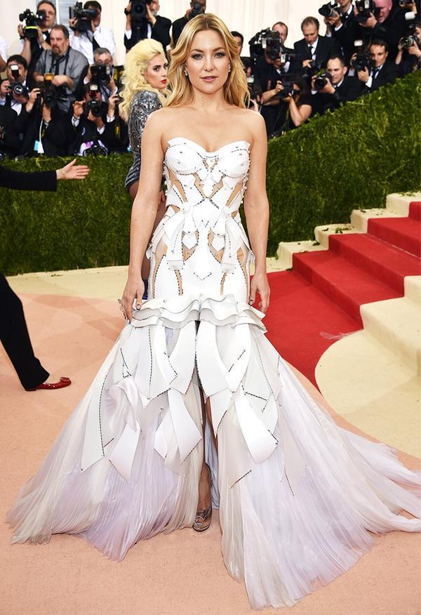 WHO: Kate Hudson WEAR: Atelier Versace gown; Giuseppe Zanotti shoes.