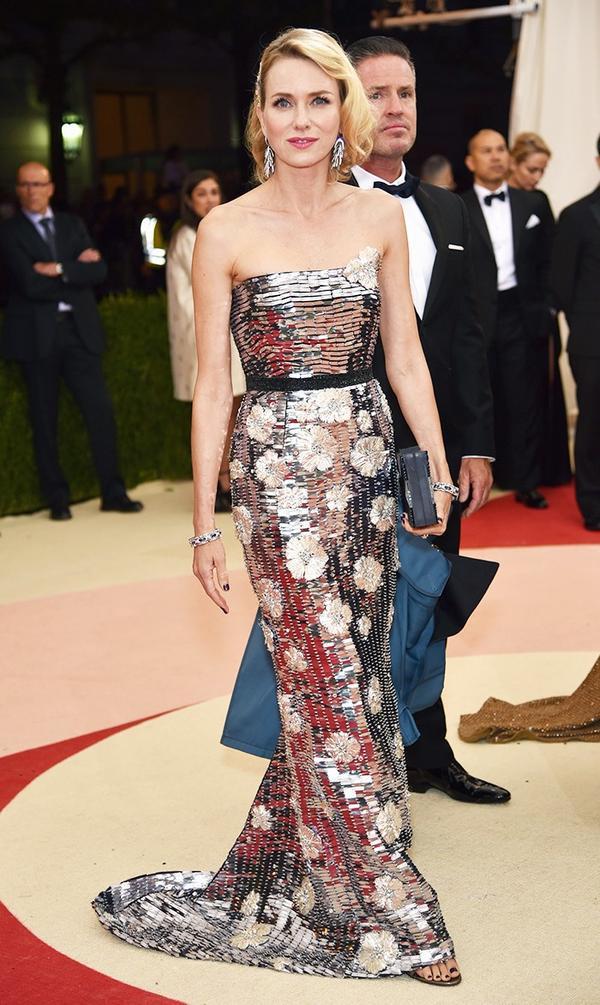 WHO: Naomi Watts WEAR: Burberry gown.