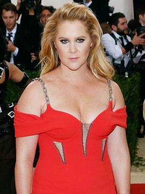 Watch Amy Schumer Hilariously Attempt to Shop for Non–Sample Size Clothes