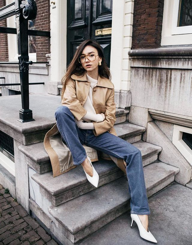 Spring street style outfit ideas 2018: tonal shades of cream, tan and white with denim