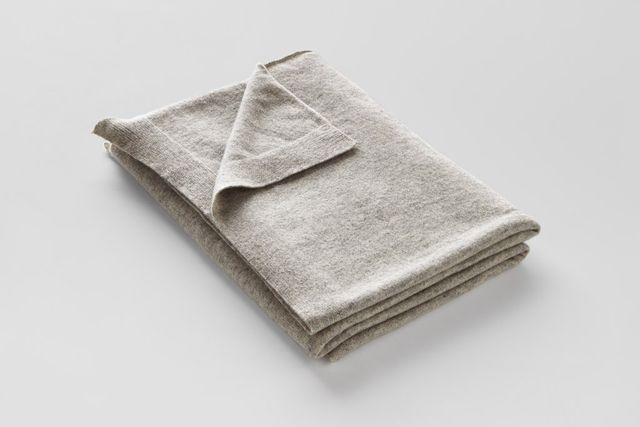 IN BED Cashmere throw rug in Grey Marle