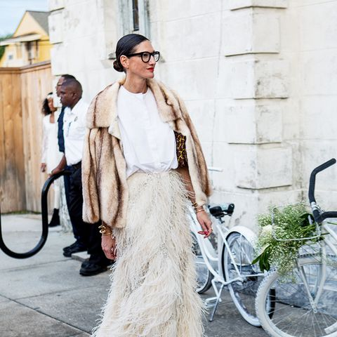 How to wear maxi skirt: Add a white shirt