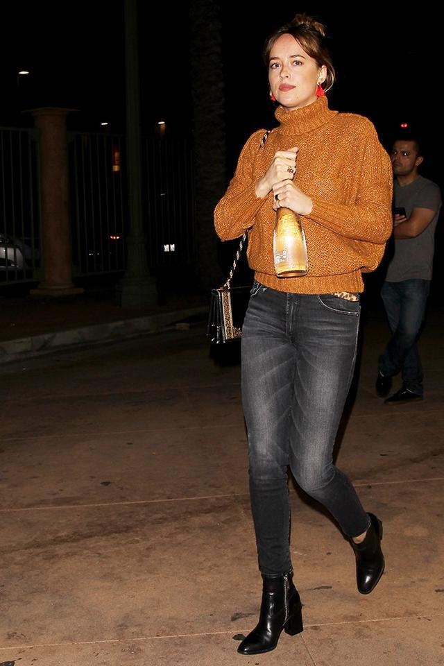 On Dakota Johnson:Flaca JewelryBullet Stud With Tassel($90);R13The Allison Skinny Jeans($325). Shop similar:Ulla JohnsonNellie Turtleneck...