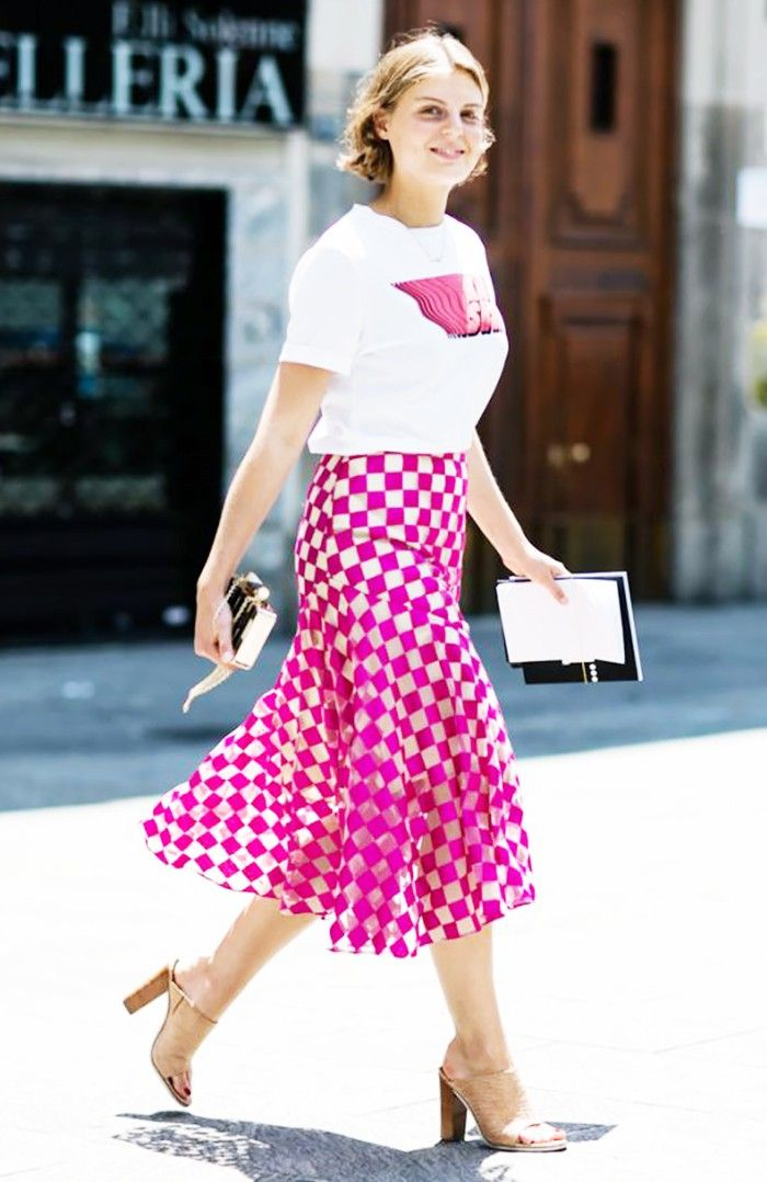 pink skirt and t-shirt street style