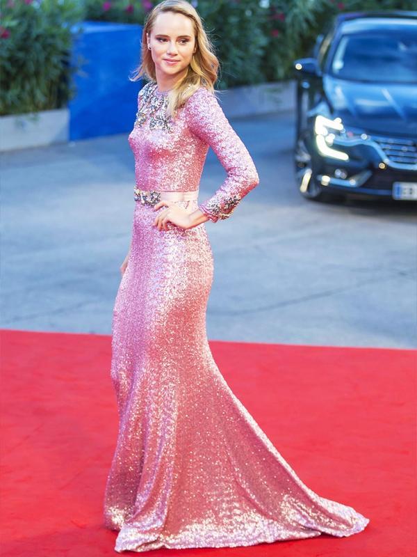 WHO: Suki Waterhouse WEAR: Dolce & Gabbana.