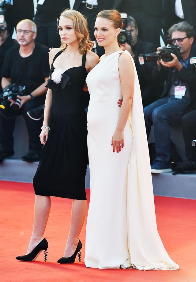 On Lily-Rose Depp: Chanelpumps. On Natalie Portman: Dior dress.