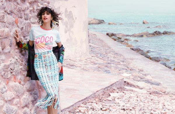 There's that tourist-tee-and-colorful-skirt combo we love so much.