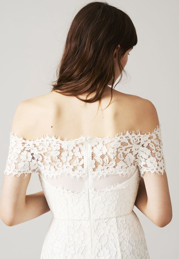 The cinched-in waist and the lace are ideal for the modern bride, who still wants to keep a free, traditional style.
