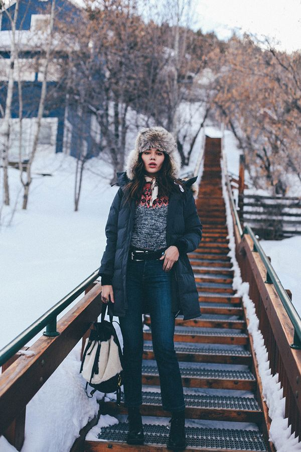 Fortunately, puffer jackets are so on trend right now (ideal for looking forward yet staying warm). Pair your favorite style with a printed sweater, jeans, and functional accessories like a hat...