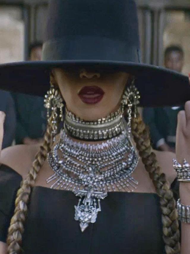 Beyoncé in a Dylanlex necklace.